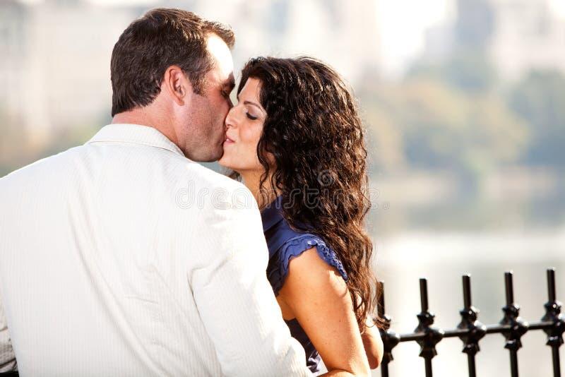 Femme d'homme de baiser image libre de droits