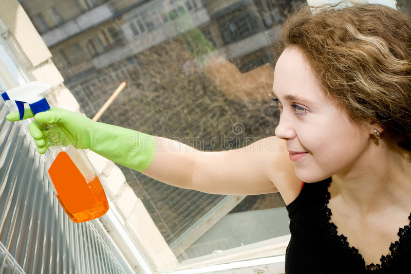 femme d'hublot de nettoyage photo libre de droits