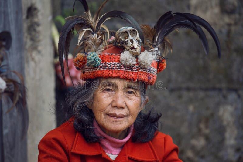 Femme d'Ifugao dans la robe nationale à côté des terrasses de riz dans Banaue, Philippines image stock