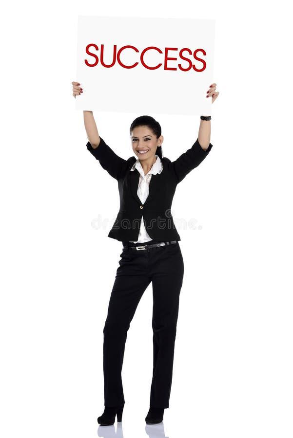 Femme d'immobiliers tenant le signe de succès images stock