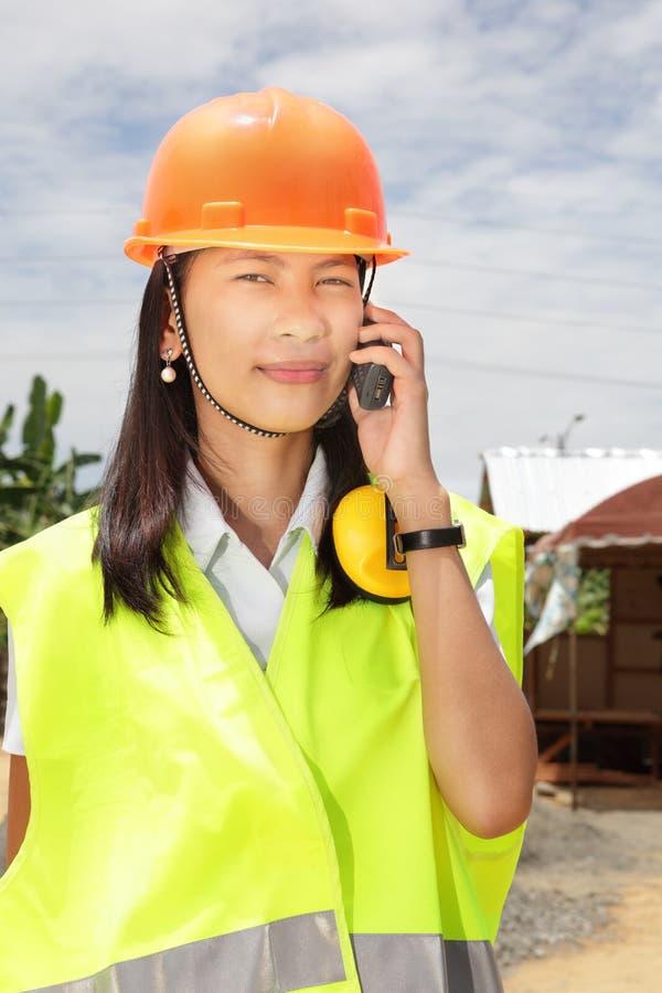 Femme d'ingénieur de construction appelle chinois photos libres de droits