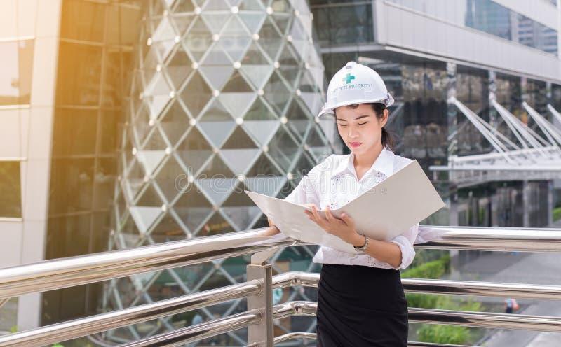 Femme d'ingénieur d'inspection au chantier de construction dehors photos libres de droits