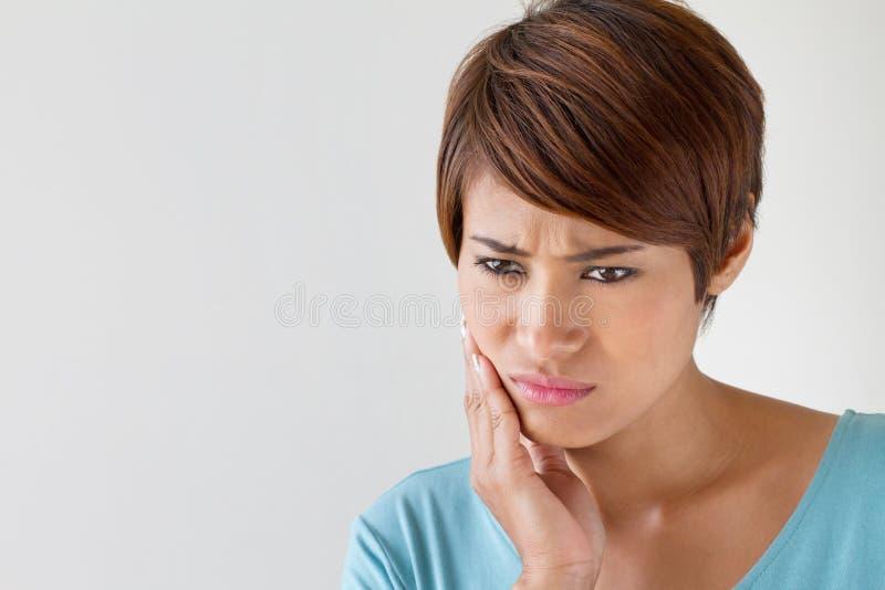 Femme d'inquiétude avec le mal de dents, problème oral photos stock