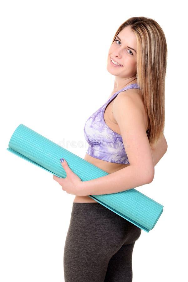 Femme tenant le tapis d'exercice de mousse photographie stock