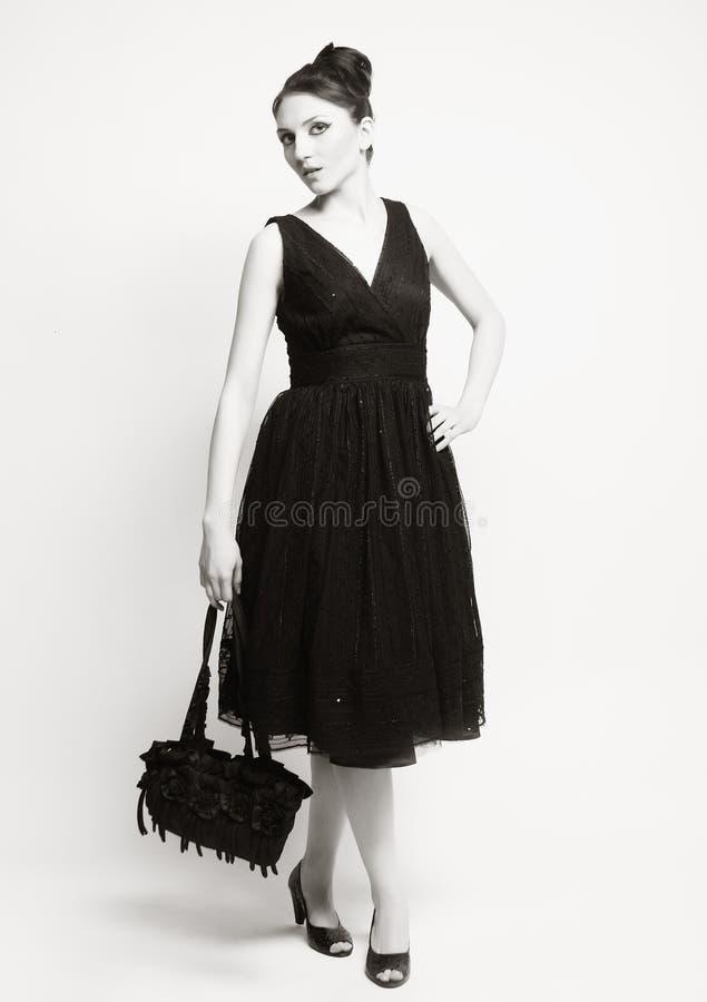 Femme d'?l?gance dans la robe noire photo stock