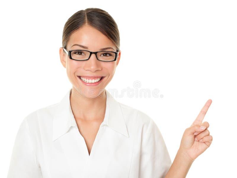 Femme d'opticien se dirigeant et affichant photographie stock
