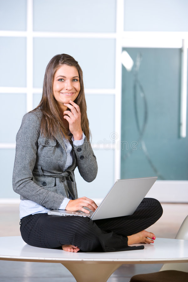 femme d'ordinateur portatif d'affaires image libre de droits