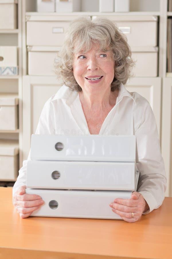 Femme d'une chevelure grise avec des dossiers image libre de droits