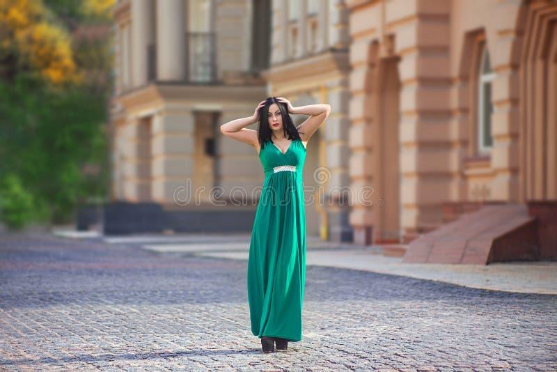 Femme d'une chevelure noire dans la robe verte image stock