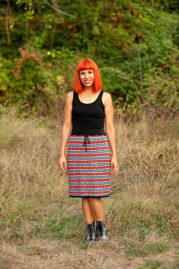 Femme d'une chevelure rouge dans la campagne photos stock