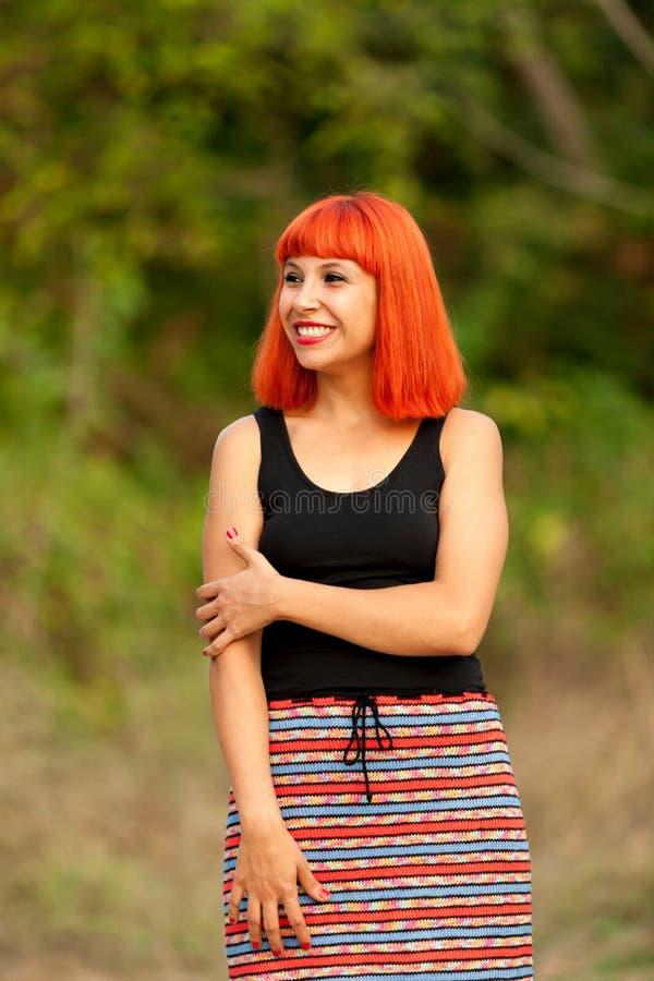 Femme d'une chevelure rouge dans la campagne image stock