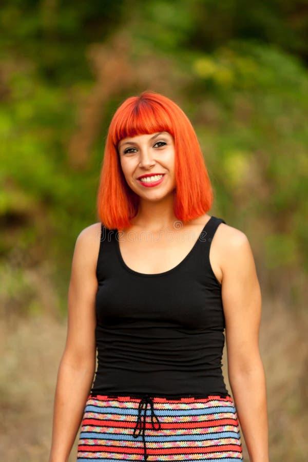 Femme d'une chevelure rouge dans la campagne photos libres de droits