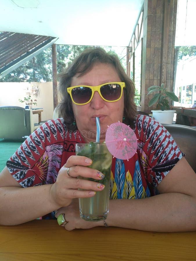 Femme d'une cinquantaine d'années dans un café photographie stock libre de droits