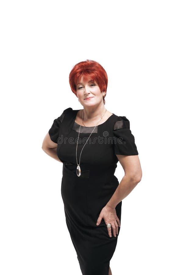 Femme d'une cinquantaine d'années attirante dans la robe noire photos libres de droits