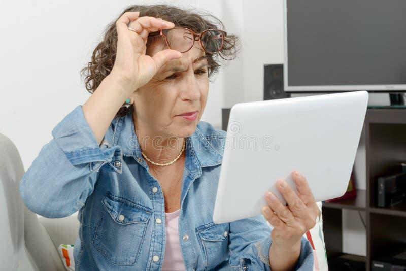 Femme d'une cinquantaine d'années avec douleur de yeux images libres de droits