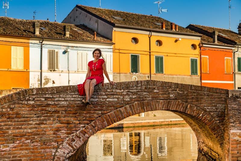 Femme d'une cinquantaine d'années sur le pont dans la ville de lagune image stock