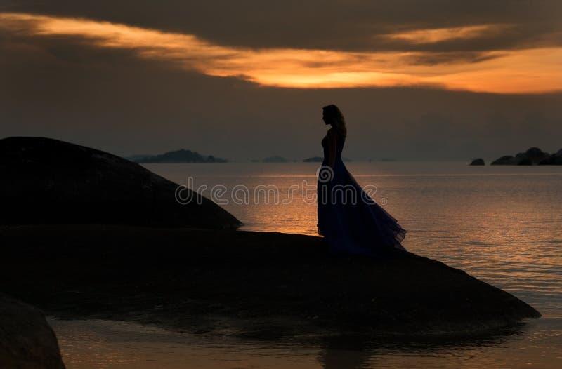 Femme, dame, coucher du soleil, beau, joli, robe, horizon, promenade, support, silhouette, l'eau, réflexion, mer, océan, rivage,  photographie stock libre de droits