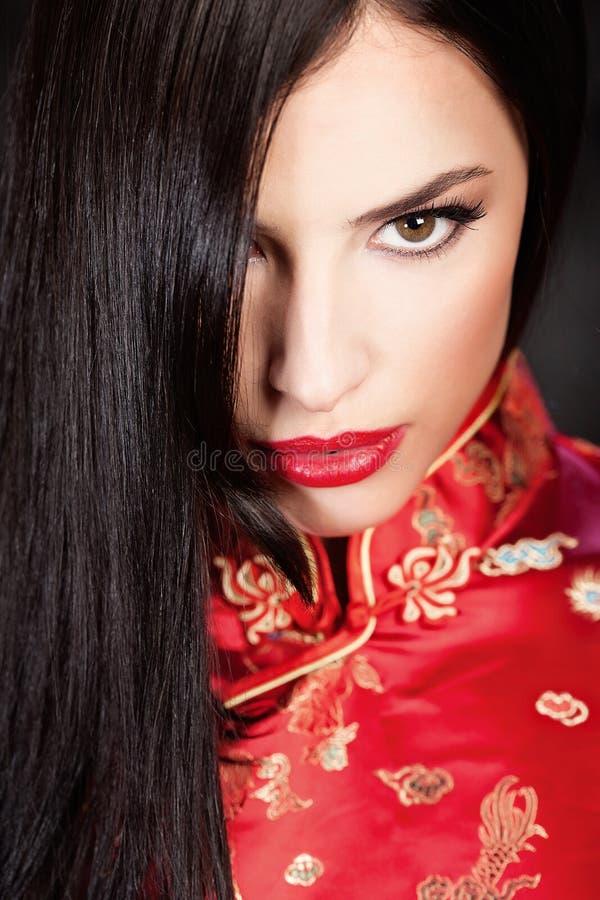 Femme dans Cheongsam rouge photo stock