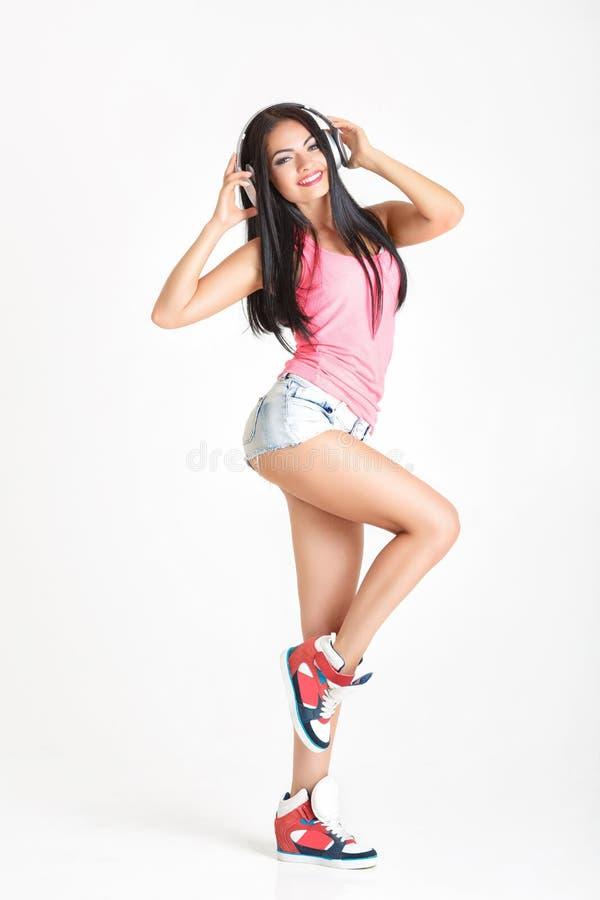 Download Femme Dans Des écouteurs écoutant La Musique Image stock - Image du divertissement, beauté: 76090735