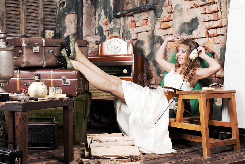 Femme dans des écouteurs images stock