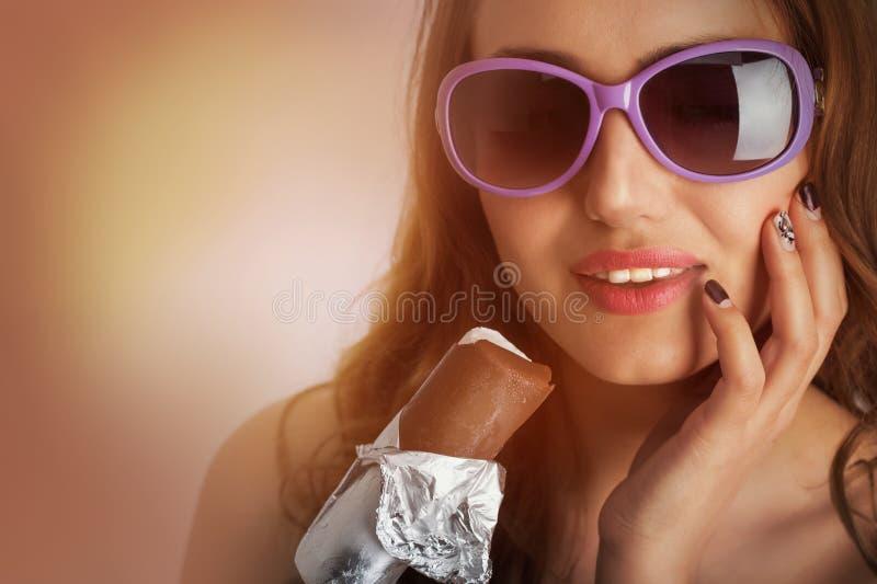 Femme dans des lunettes de soleil avec la crème glacée  photographie stock