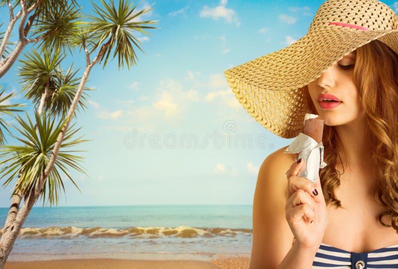 Femme dans des lunettes de soleil avec la crème glacée  images libres de droits