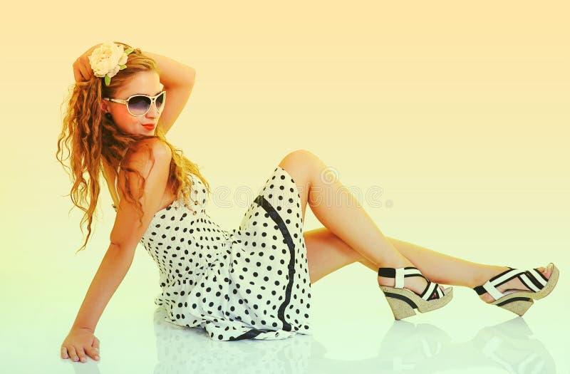Femme dans des lunettes de soleil, modifiées la tonalité dans la rétro broche vers le haut du type photos libres de droits