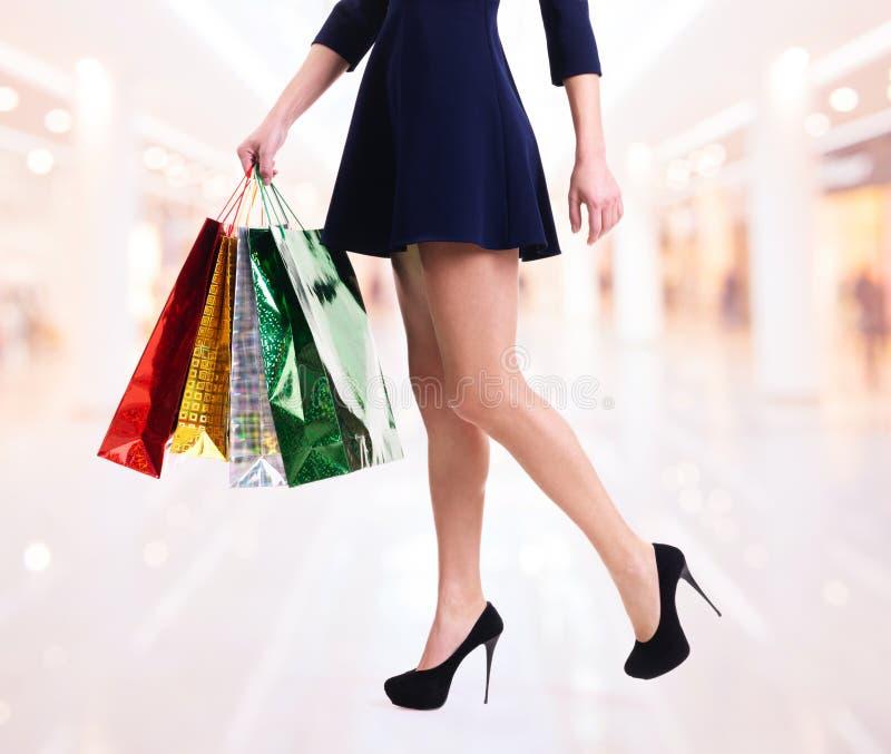 Femme dans des talons hauts avec des paniers de couleur photo stock