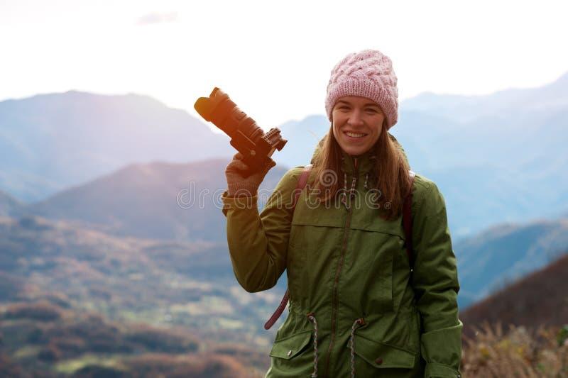 Femme dans des vêtements d'automne avec l'appareil-photo images libres de droits