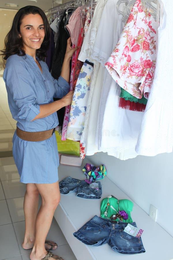 Femme dans des vêtements de achat d'une mémoire photos stock