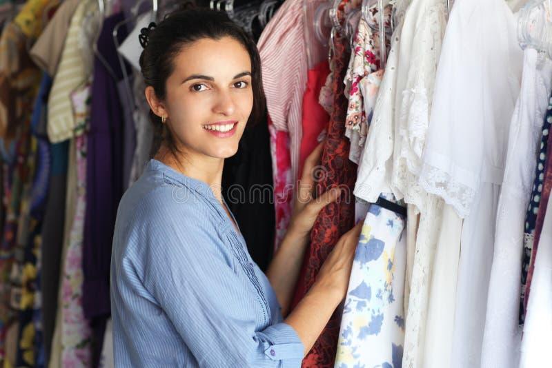 Femme dans des vêtements de achat d'une mémoire photos libres de droits