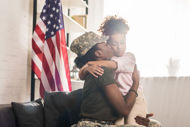 Femme dans des vêtements de camouflage l'embrassant photos stock