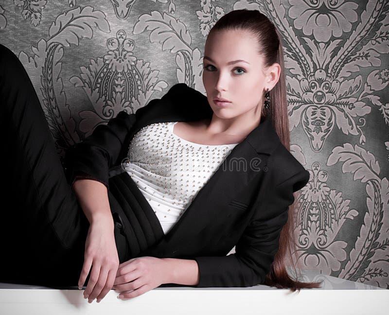 Femme dans des vêtements de mode photographie stock libre de droits