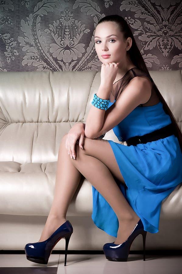 Femme dans des vêtements de mode image stock