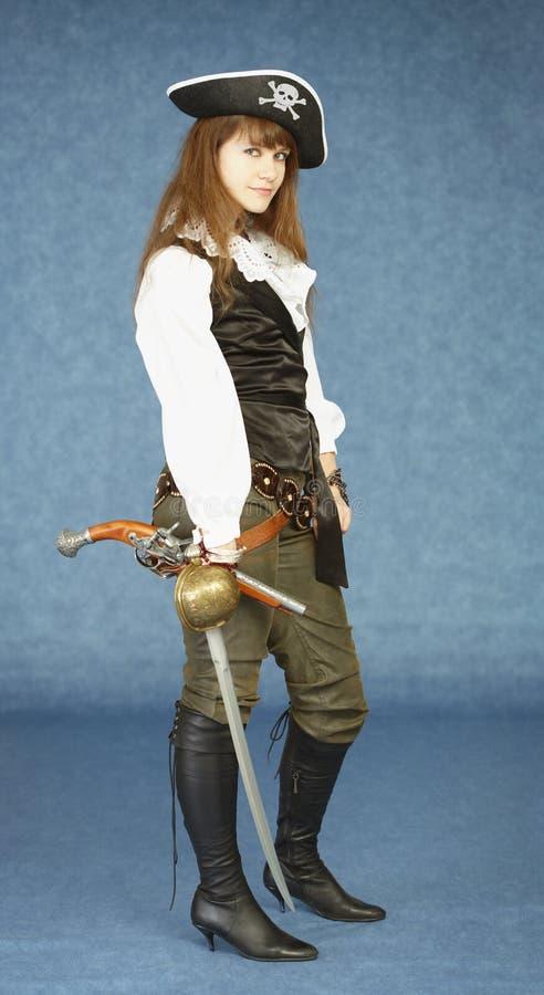 Femme dans des vêtements de pirate sur le fond bleu photo libre de droits