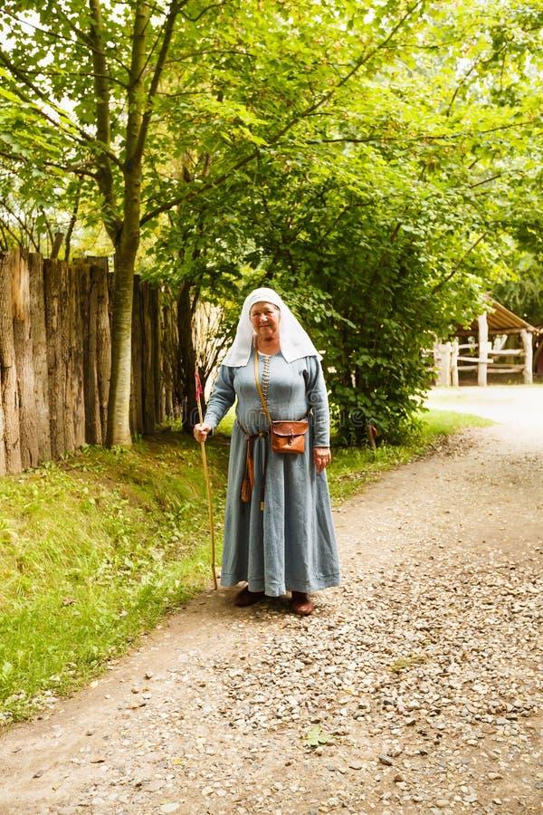 Femme dans des vêtements médiévaux photo stock