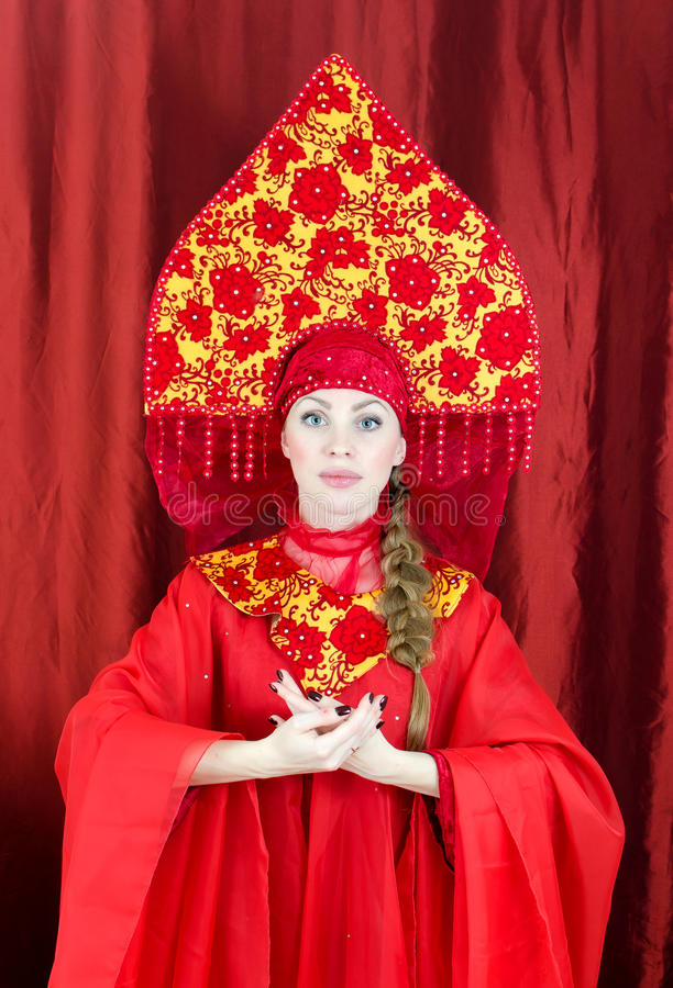 Femme dans des vêtements traditionnels russes image stock