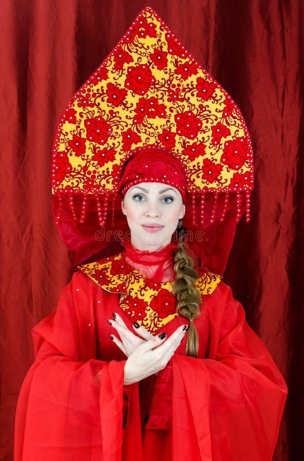 Femme dans des vêtements traditionnels russes photographie stock libre de droits