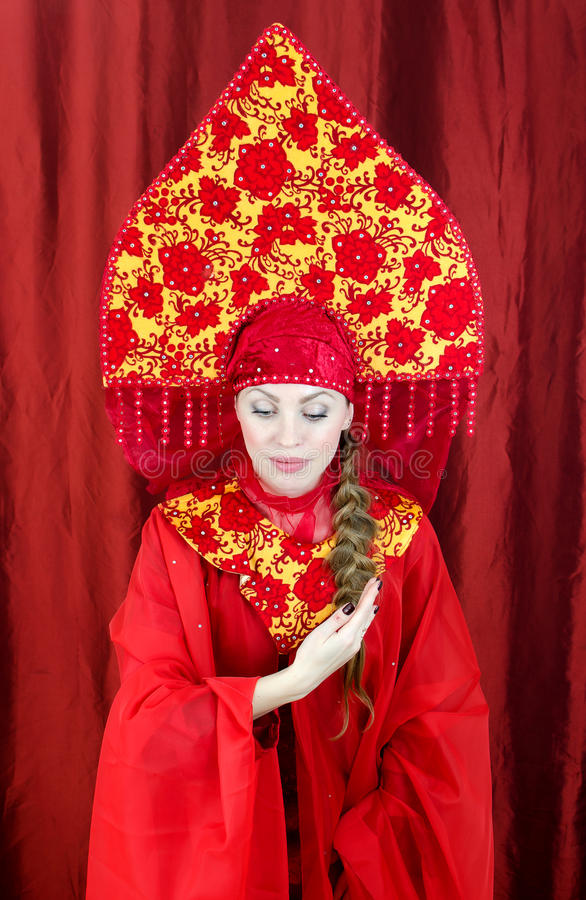 Femme dans des vêtements traditionnels russes photos libres de droits