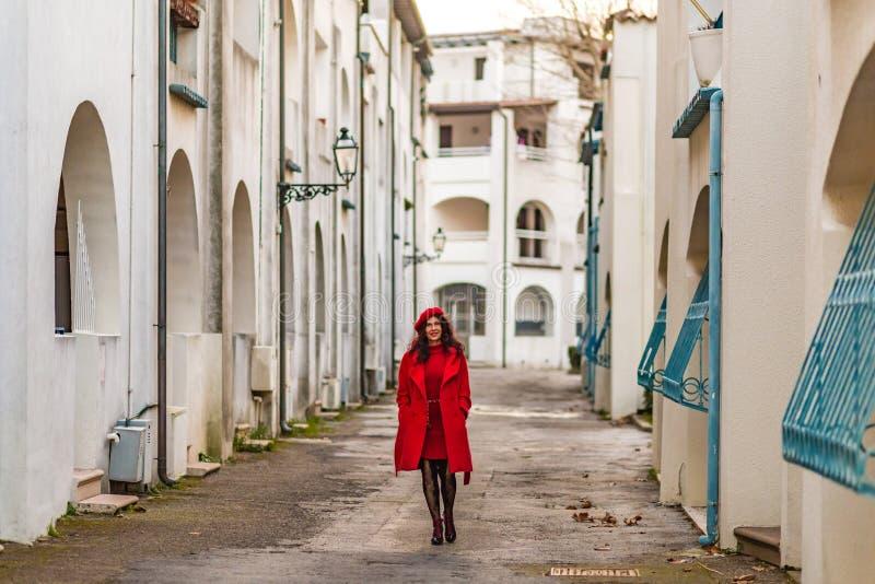 Femme dans descendre rouge la rue image libre de droits