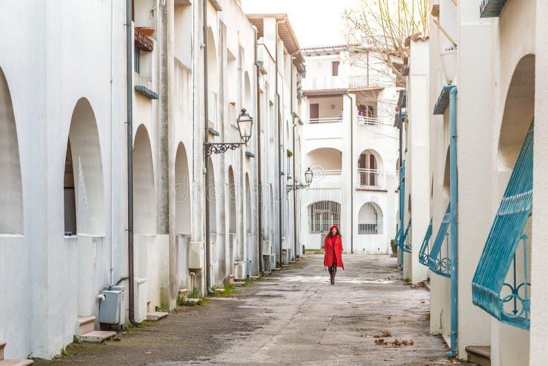 Femme dans descendre rouge la rue image stock