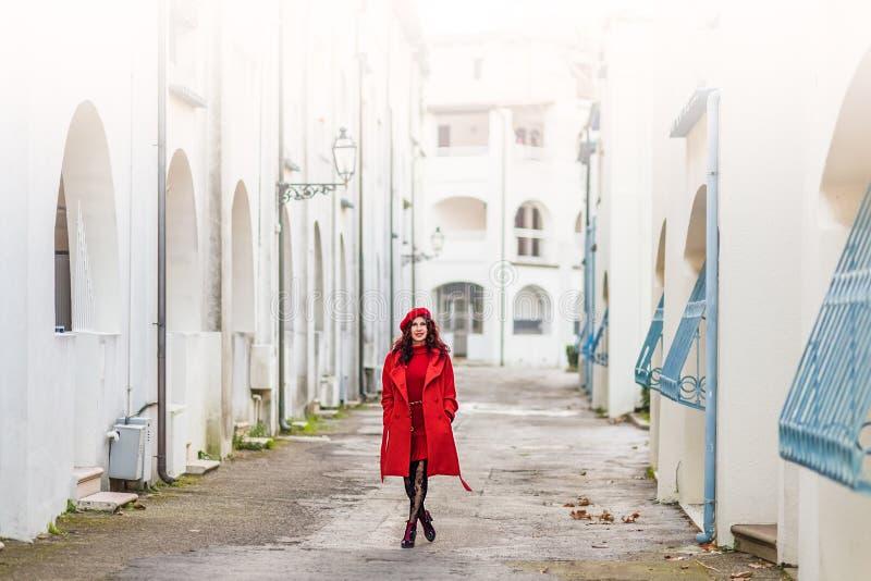 Femme dans descendre rouge la rue photos stock