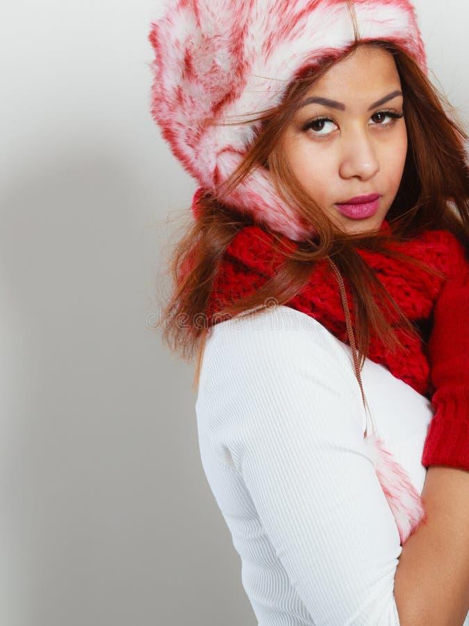Femme dans l'écharpe chaude de chapeau de fourrure de vêtements d'hiver photo libre de droits