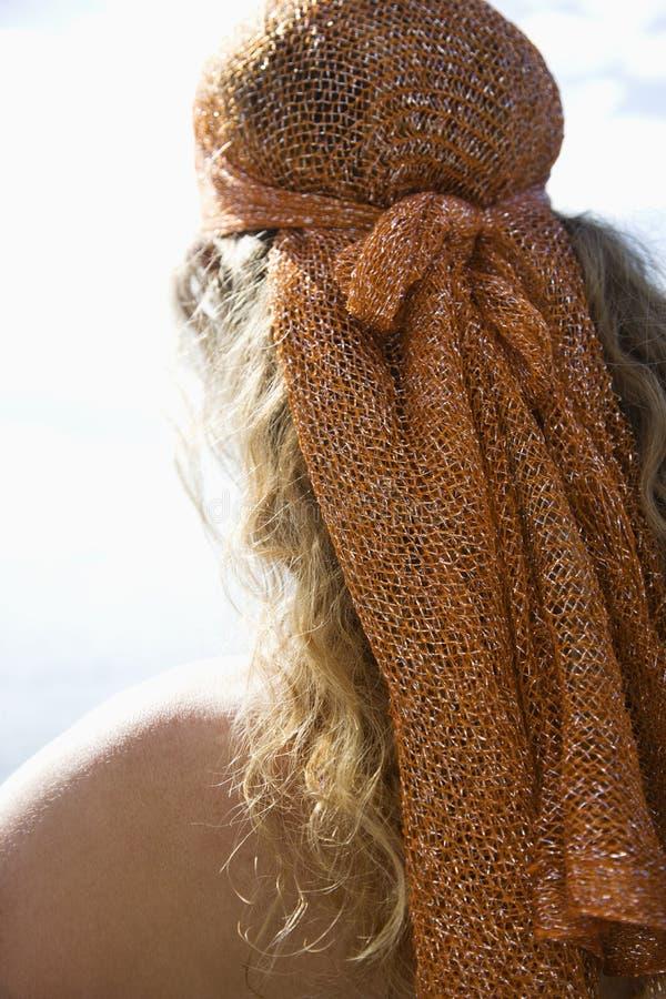 Femme dans l'écharpe principale. images libres de droits