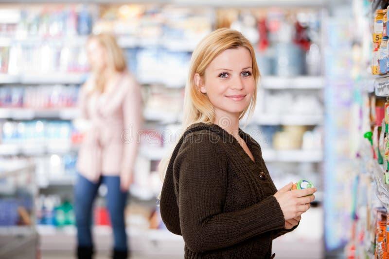 Femme dans l'épicerie photos libres de droits