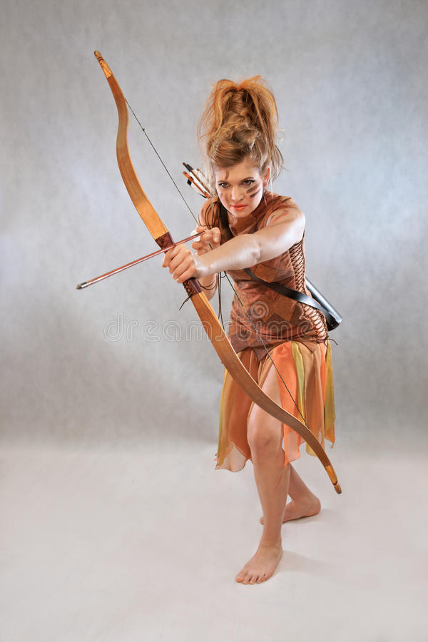 Femme dans l'équipement orange et brun, guerrier, mode, studio photographie stock libre de droits