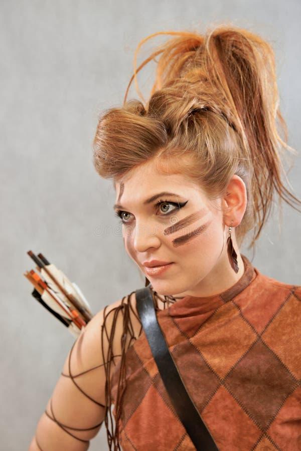 Femme dans l'équipement orange et brun, portrait, guerrier, mode image stock