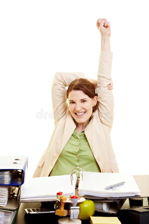 Femme dans l'étirage de bureau photographie stock libre de droits