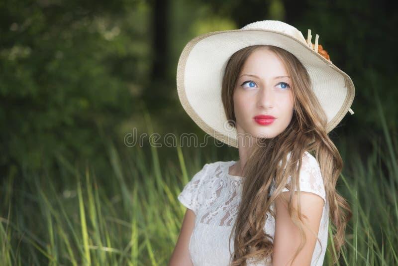 Femme dans l'allocation des places de parc sur l'herbe photo libre de droits