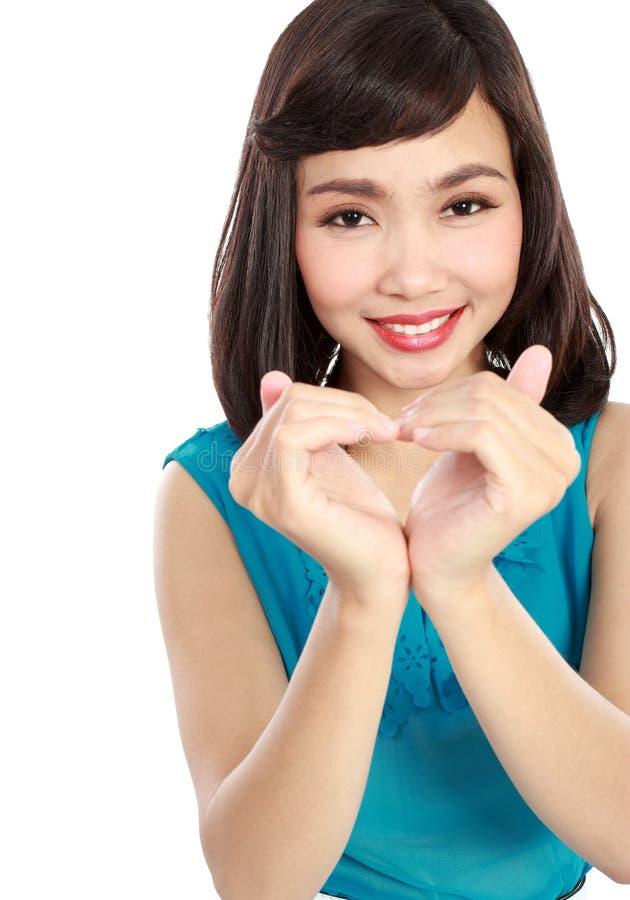 Femme dans l'amour montrant le symbole de coeur photo libre de droits